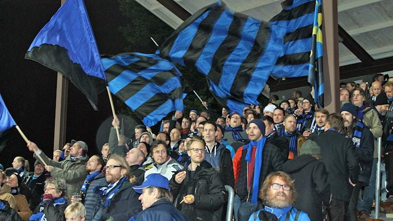 Västra sidans supportrar. Foto: Erik Thyselius/Sveriges Radio