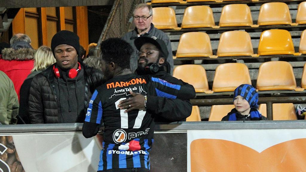 Kingsley Sarfo klappas om efter matchen
