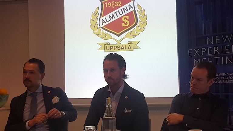 Almtunas nya sportchef (i mitten) Tobias Persson. Foto: Mattias Persson/Sveriges Radio