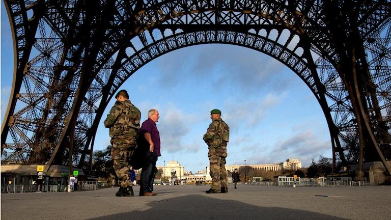 Franska soldater patrullerar kring Eiffeltornet, som är stängt efter terrorattackerna. Foto: Peter Dejong/AP