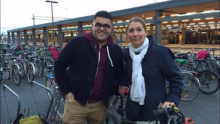 Vintercyklisten Mohammed Al Majdalawi och projektledaren Teresa Uggla Kerrou vid sin cykel (Foto: Niklas Clarkson/Sveriges radio)