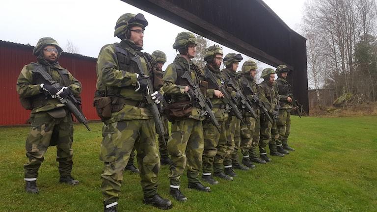 De fjorton soldaterna som blivit inkallade för repmånad står uppställda på Enköpings regemente (Foto: Mattias Persson/Sveriges radio)