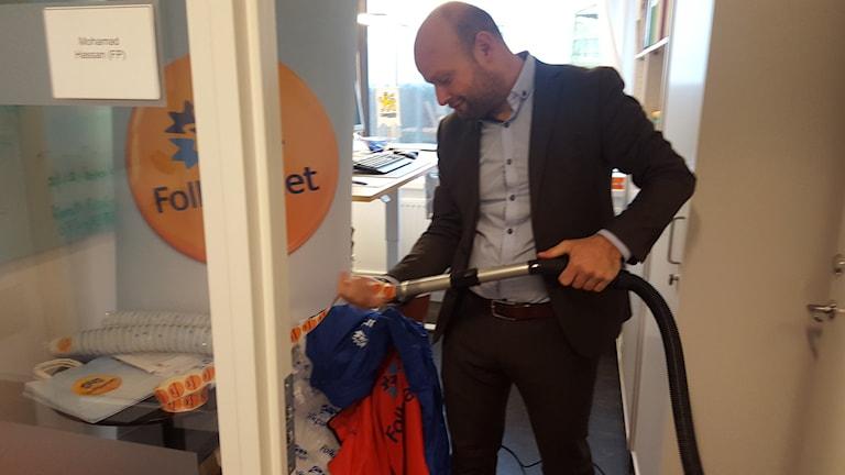 Mohamad Hassan (L) städar bort Folkpartiet. Foto: Mattias Persson/Sveriges Radio