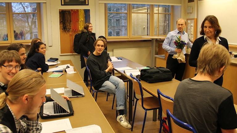 Läraren Niklas Zetterling (med buketten) tilldelas kommunens pedagogiska pris för gymnasieskolan. Foto: Oscar Lindvall/Sveriges Radio.