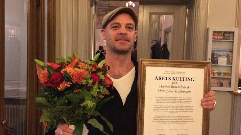 Blommor och diplom till pristagaren Mattias Rosendahl från Mötesplats Treklangen. Foto: Christer Engqvist/SR