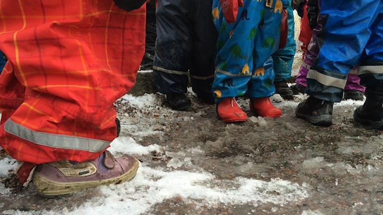Barn som leker i snön. Foto: Tova Kurkiala Medbo / SR