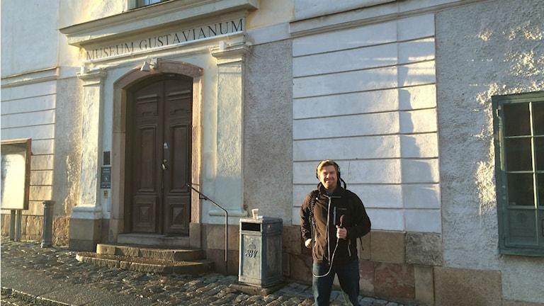 Vår reporter Bosse Pettersson utanför Gustavianum. Foto: Nils Lundin/Sveriges Radio