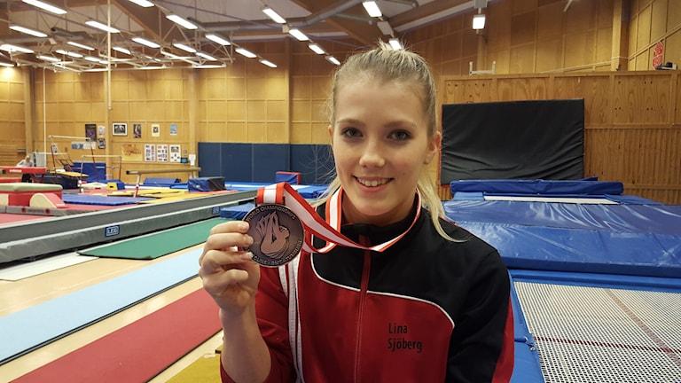 Lina Sjöberg med sin bronsmedalj i trampolin. Foto: Mattias Persson/Sveriges Radio