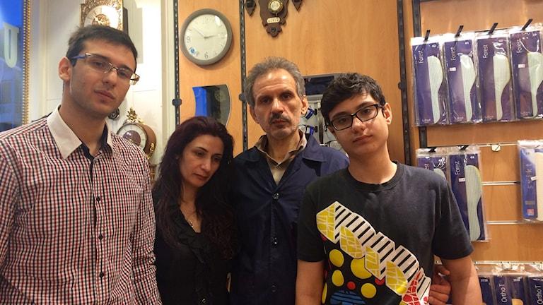 Hesam, Shahla, Mehdi och Sina Ahmadi i butiken där Mehdi arbetar i dag. Foto: Jonas Ahlman.