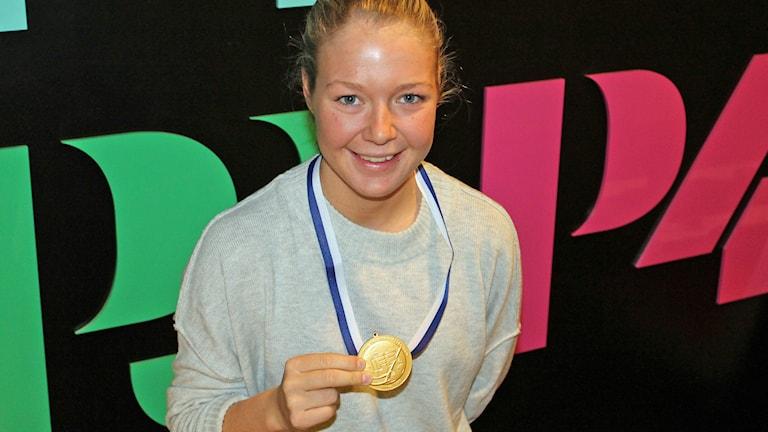 Amanda Delgado Johansson med VM-guldet i innebandy. Foto: Erik Thyselius/Sveriges Radio