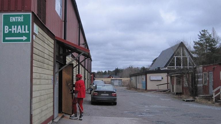 Ishallen i Gränby med konståkningsklubbens lokal till höger. Foto: Martin Hult / Sveriges Radio