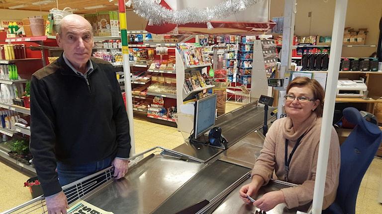 Kund och kassörska i mataffären i Oxsätra utanför Bälinge. Foto: Mattias Persson/Sveriges Radio