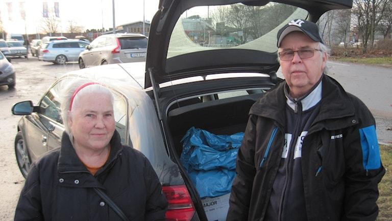 Tommy och Inga Eliasson med bakluckan öppen för reafynd. Foto: Mårten Nilsson/Sveriges Radio.