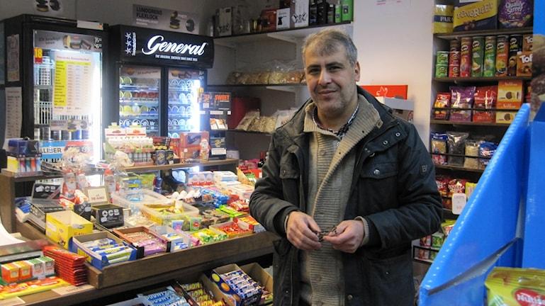 Ziad Kassem driver en närlivsbutik vid Råbyleden. Foto: Martin Hult / Sveriges Radio