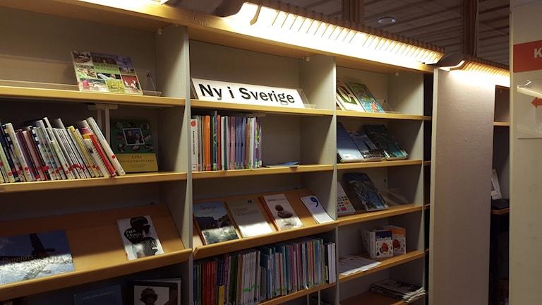 Hyllan för alla som är nya i Sverige. Foto: Mattias Persson/Sveriges Radio