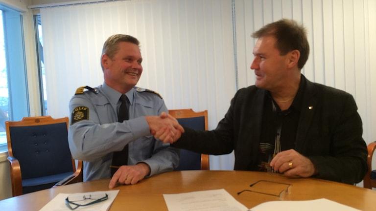 Niklas Hållqvist, områdeschef för polisen Norduppland och Bengt Olof Eriksson, socialdemokratiskt ordförande i kommunstyrelsen. Foto: Nina König / SR