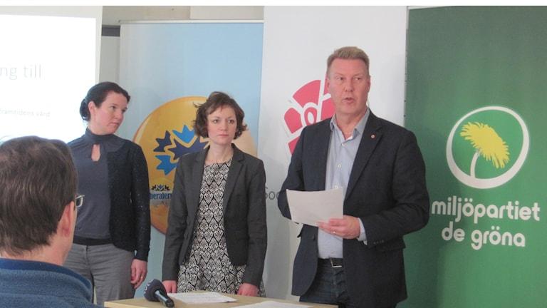 Samarbete över blockgränsen, fr v Lina Nordquist (L), Malena Ranch (MP) och Bertil Kinnunen (S). Foto: Mårten / Nilsson SR
