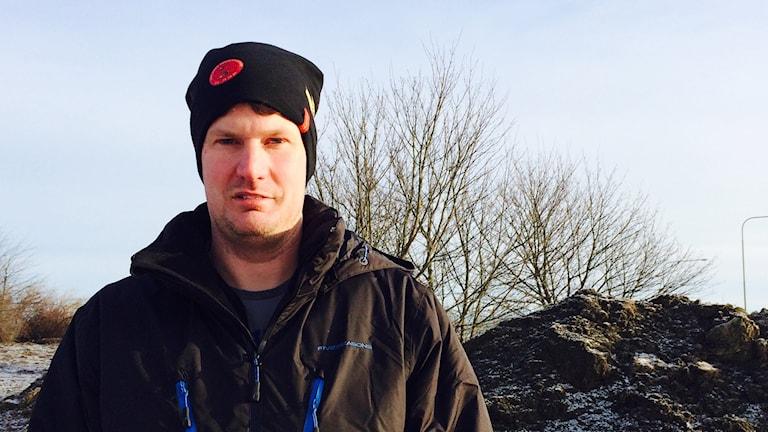 Dennis Pettersson är markarbetare och han stöter ofta på att fiberkablar grävts ner för grunt. Foto: Ulla de Verdier / SR