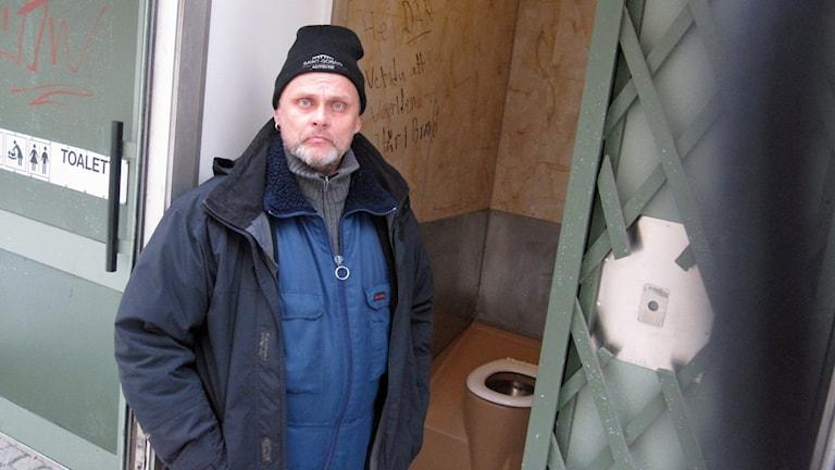 En offentlig toalett i centrala Uppsala där Ronny Grandin berättar att han har övernattat.