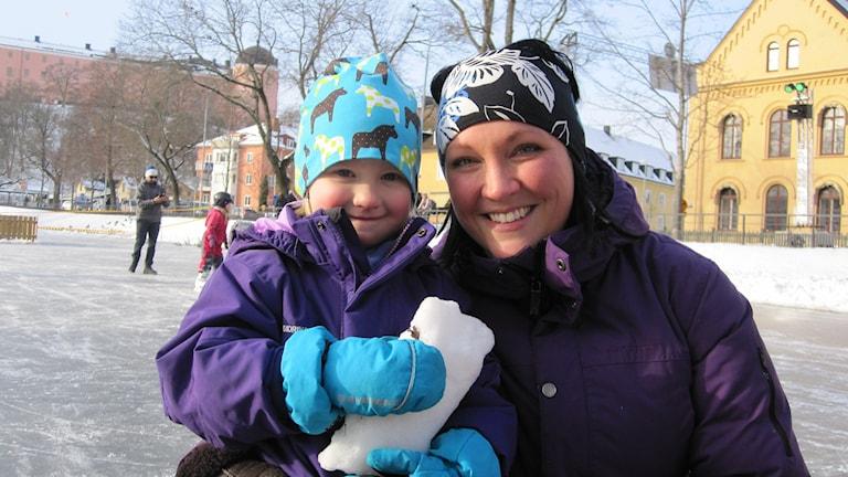 Therese Lindgren med dottern Ines på Uppsalas vinterfestival. Foto Martin H