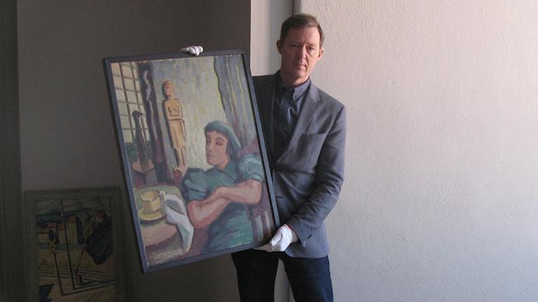 Daniel Werkmäster, museichef Uppsala konstmuseum med en av Agnes Cleves målningar.