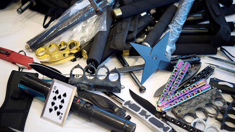 Exempel på tullbeslag. Batonger, kaststjärna, knivar och knogjärn.