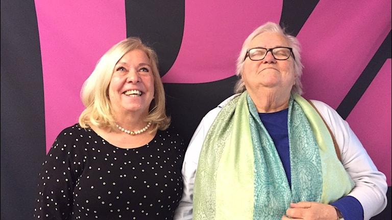Yvonne Meyer och Margaretha Åhlen njuter av solen. Foto: Niklas Clarkson/Sveriges radio