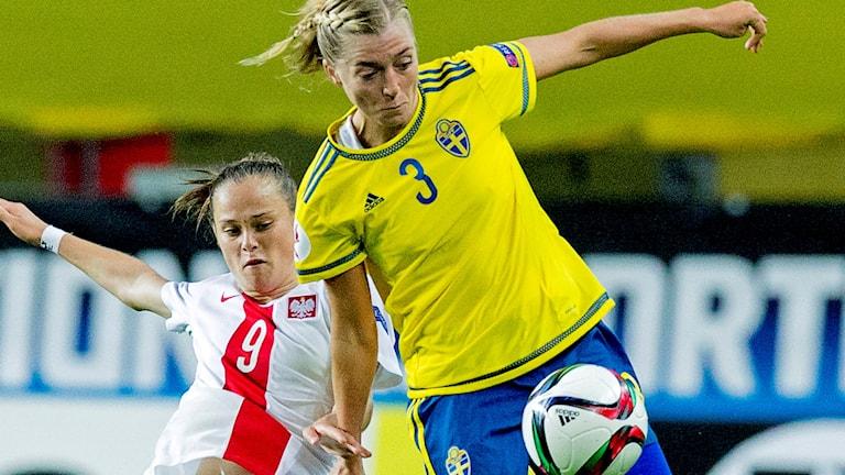 Linda Sembrant i duell med polsk landslagsspelare.
