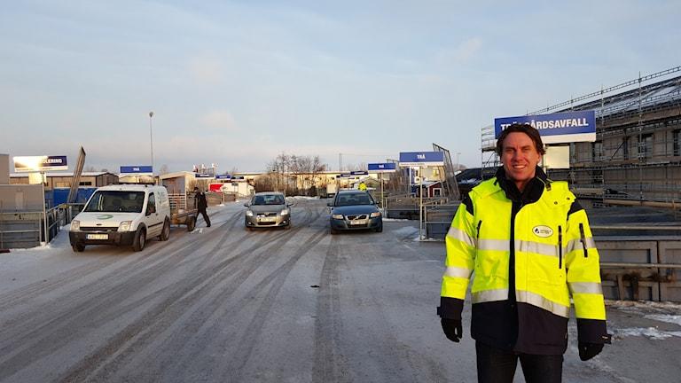Tobias Linnesköld vid återvinningscentralen i Librobäck. Foto: Mattias Persson/Sveriges Radio