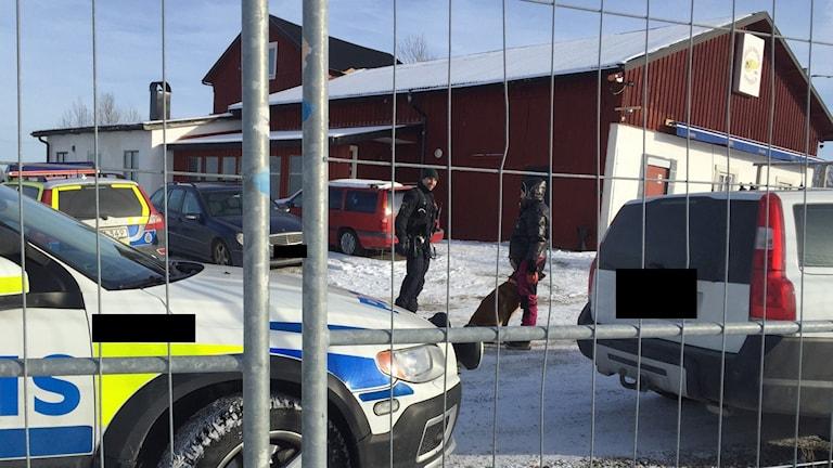 Polisen gör tillslag mot Hells Angels klubblokal i Faxan.