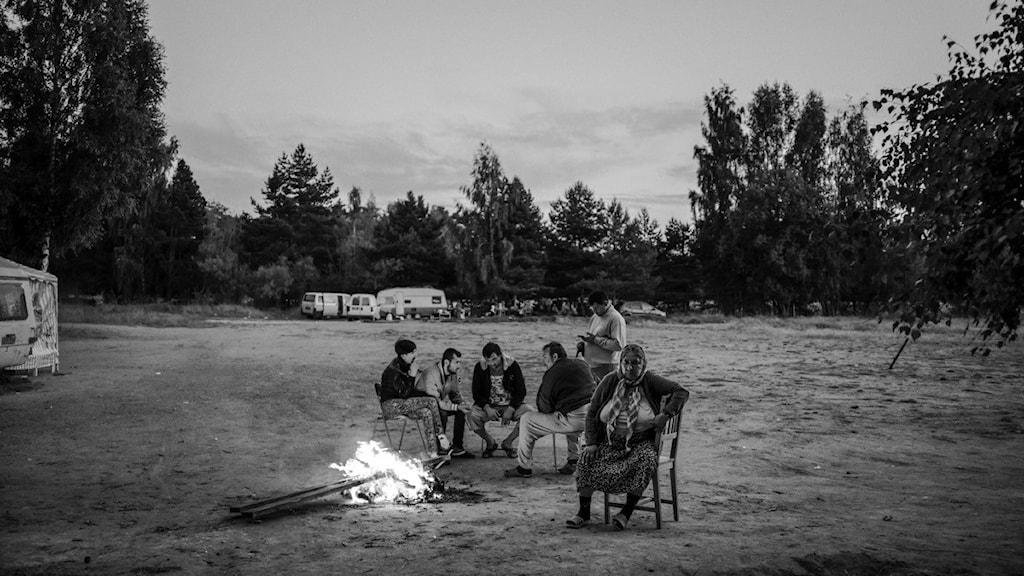 Familjen Luca, där de bor på ett fält utanför Uppsala. För pengarna de fått ihop i Sverige har de sedan kunnat bygga två enkla tegelhus i Valea Seacă Rumänien. Foto: Pascal Vossen