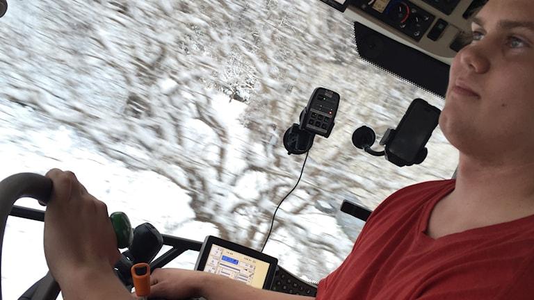 Jakob Lilja i sin traktor när han röjer snö i Sunnersta i Uppsala.
