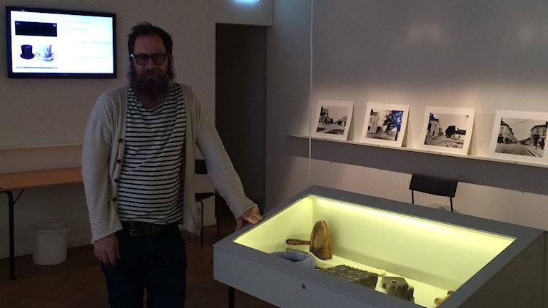 Johan Linder antikvarie vid Enköpings museum. Foto: Ellen Zettergren / SR