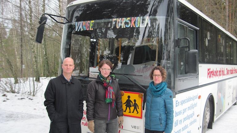 Föräldrar protesterar mot att den populära förskolebussen i Vänge dras in. Fr v Fredrik Åkerblom, Eva Ludvigsen och Tanja Åkerblom. Foto: Mårten Nilsson/Sveriges Radio.
