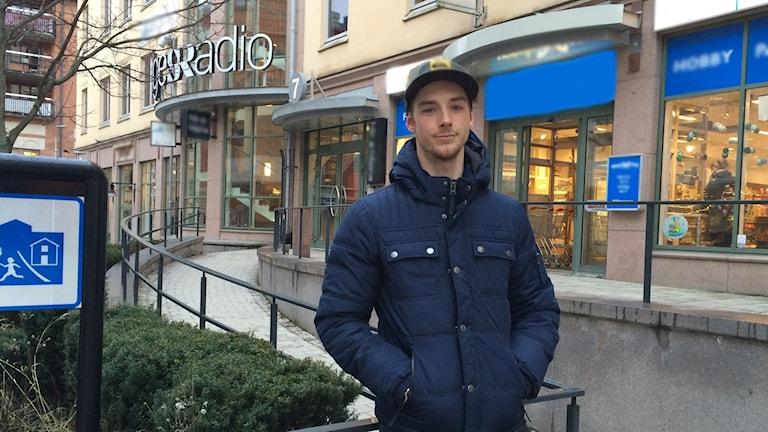 André Witt står utanför Sveriges radios lokaler i Uppsala.