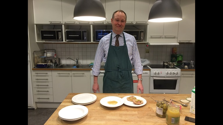 Johan Edstav, MP, lagade frukost. Foto: Mattias Persson/Sveriges Radio