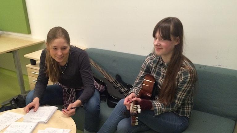 Greta och Hanna på låtskrivardag