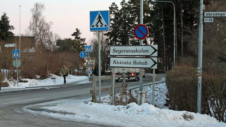Segerstaskolans övergångsställe i korsningen Vårsångsvägen-Forsbyvägen