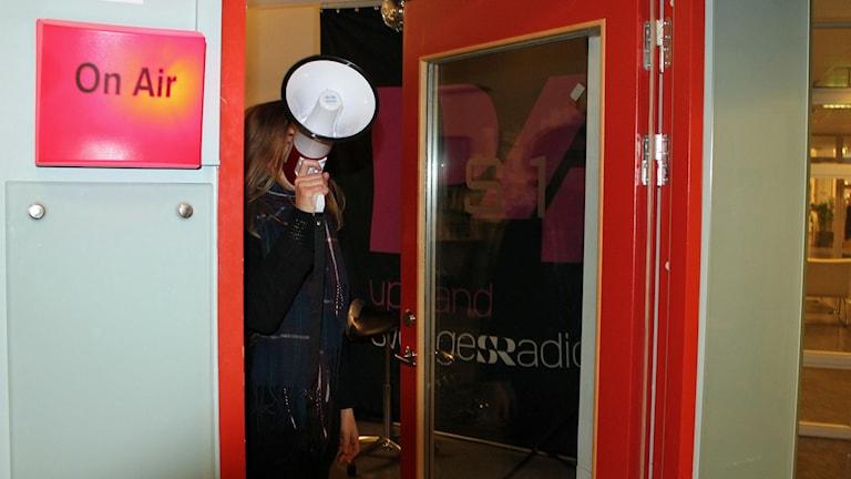 Programledaren Tova tågar ut ur studion