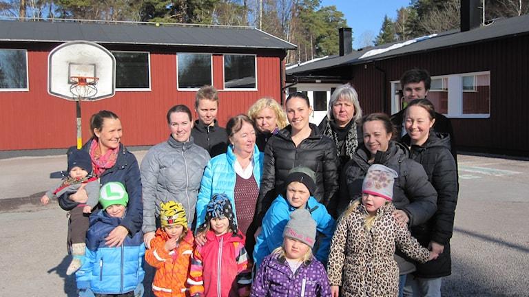Boende i Åkerlänna som vill ha byns skola kvar. Foto: Martin Hult / Sveriges Radio