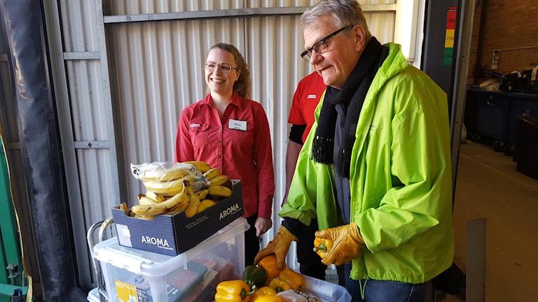 Andreas Lövström från Stadsmissionen och Erica Ströbeck från Willys. Foto: Mattias Persson/Sveriges Radio