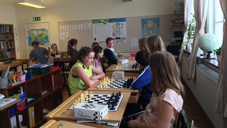 Stavby skolas fjärdeklassare spelar schack.