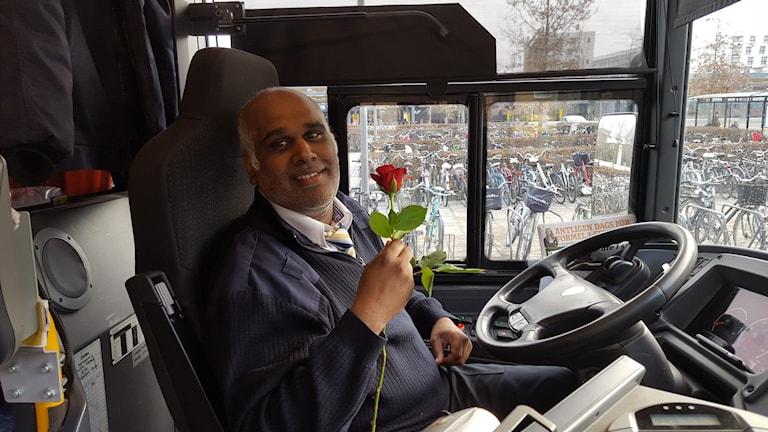 Bussföraren Samuel fick ros och sång på bussförarens dag. Foto: Mattias Persson/Sveriges Radio