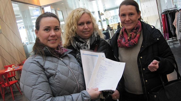Carola Eriksson, Anna Hallberg och Viktoria Blomdal från Åkerlänna protesterar med namnlista mot skolnedläggningen.