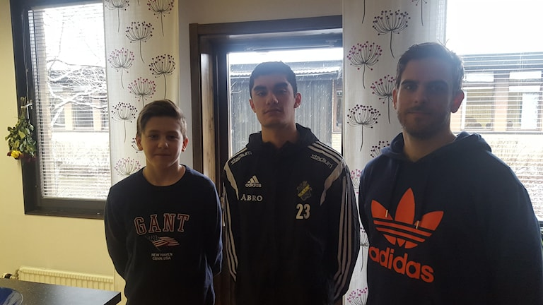 Daniel, Leo (spelare) och Alexander Garcia som är lagledare för Gottsundaskolan. Foto: Mattias Persson/Sveriges Radio