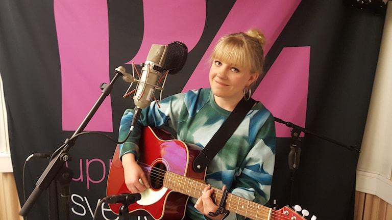 Artisten Ida Wiklund med sin röda gitarr
