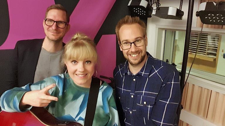 Artisten Ida Wiklund med P4 Upplands Christer Engqvist (till vänster) och Mattias Persson (till höger)