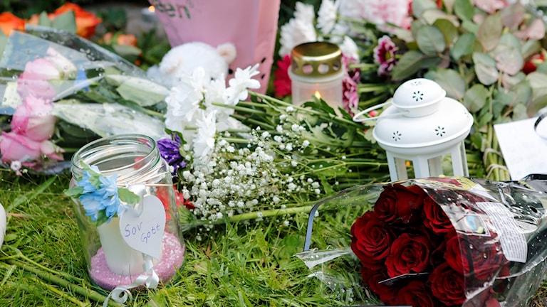Blommor vid mordplatsen i Bålsta sommaren 2015.