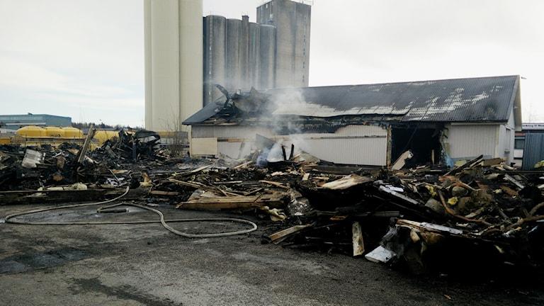 Resterna efter cykel-och sportbutiken som brann ner till grunden på långfredagen. Foto: Alexander Weimar.