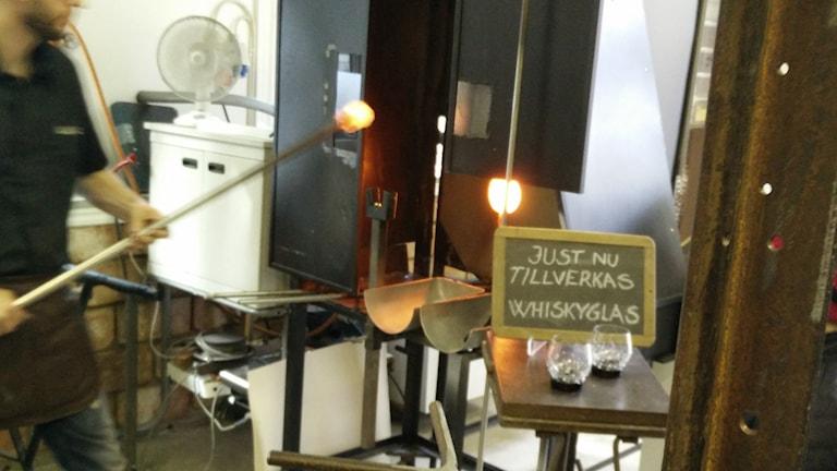 Glasblåsaren Anders Melhus i Tobo tillverkar glas vid sin ugn. Foto: Alexander Weimar